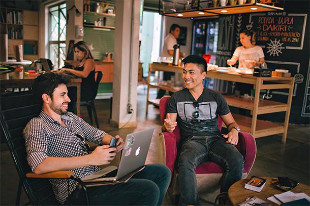 Personas trabajando en un coworking